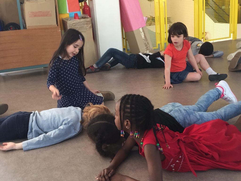 les enfants travaillent sur des contes